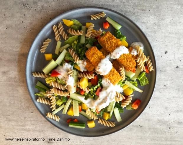 Fiskepinner og pastasalat