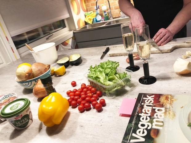 Fylte auberginer - KP skjærer løk