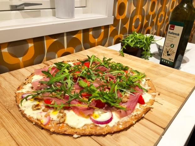 Hvit pizza servert